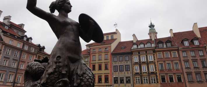 An image of a mermaid statue in the old town of Warsaw.